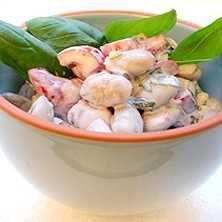 Stora vita bönor i kall feta- och olivsås - Recept - Tasteline.com