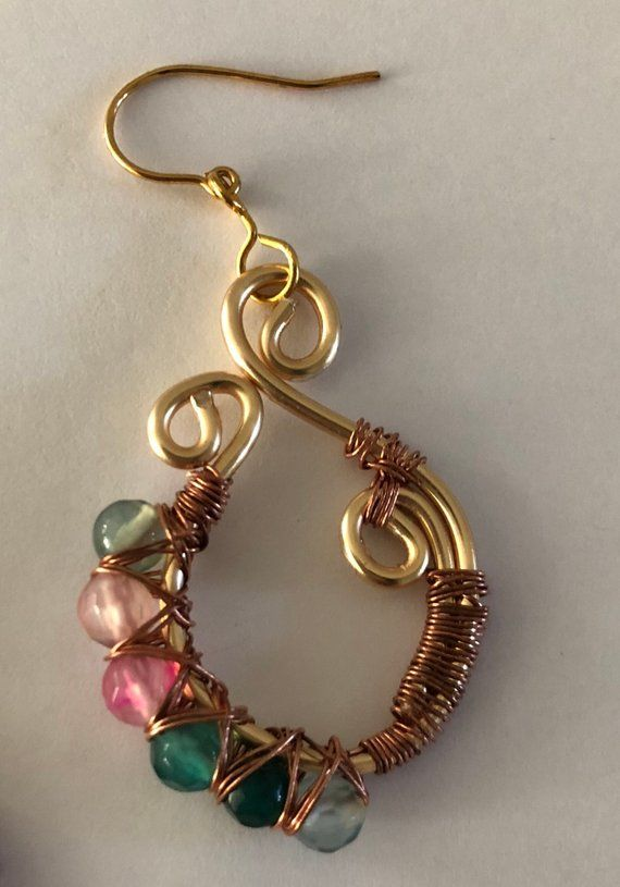 3e3d7120b79a Alambre envueltos pendientes hechos con hilo de cobre color oro y piedras  semipreciosas de color rosa y verde