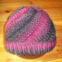 Un petit bonnet pour les jours de grand froid. Forme tourbillon ( modèle ici ) et laine découverte chez Carrefour Market (5% de laine). Aiguilles n°8. J'ai ajouté quelques rangs de côtes aux...