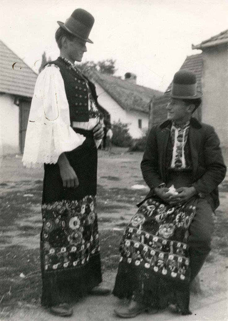Klederdracht : Twee Hongaarse mannen in klederdracht. Hongarije, Mezökövesd, 1928.