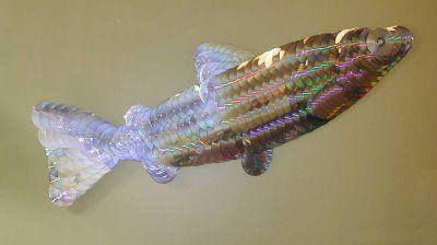 Uma decoração nova para parede. Lustre de Cd. Luminaria de Cd. Escultura de Cds. Cortina de CDs. Um Abajur Uma Luminária. Um peso para musculação. Uma pintura. Um porta pepel higienico. Um peixe. P…