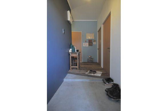 玄関土間はモルタル左官仕上げ。ミニベロを置くために斜めにカット、シューズボックスを置かずに広さを確保しています。