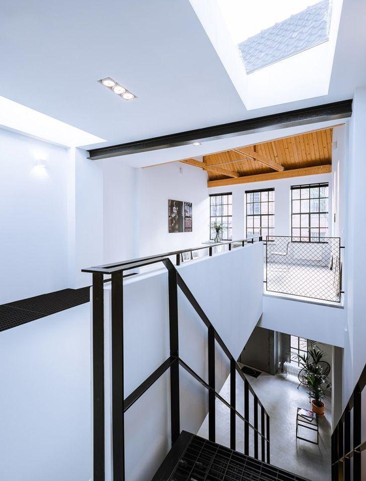 Wit muurtje gecombineerd met stalen leuning en balustrade, leuk!!! Combineren met houten traptreden???