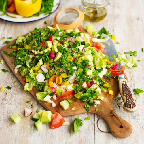 Deze frisse salade met vele groenten- en kruidensoorten is het ideale bijgerecht. Serveer met vlees, vis, aardappeltjes, pasta: aan jou de keuze!     1. Snijd de radijsjes, komkommer en paprika's in kleine stukjes op een grote snijplank, en...