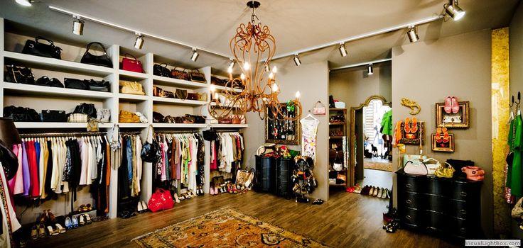 Ένα νέο κατάστημα με designer second hand ρούχα, τσάντες και αξεσουάρ έκανε πρόσφατα την εμφάνιση του στη Γλυφάδα. Το SWAP – go shopping in your closet είναι ένας φιλόξενος και ζεστος χώρος που θυμίζει μία ευρύχωρη και πολυτελή γκαρνταρόμπα και φιλοξενεί μοναδικά κομμάτια σχεδιαστών σε δελεαστικές τιμές.  '  Το SWAP παρέχει σε όλες τις fashionistas τη δυνατότητα να επιλέξουν δημιουργίες επώνυμων οίκων μόδας, όπως Chanel, Louis Vuitton, Gucci, Burberry, Salvatore Ferragamo, Prada, Miu Miu κλπ