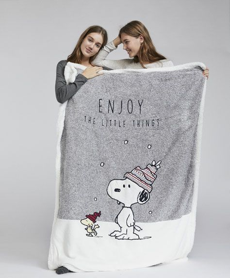 Snoopy blanket, 27.99£ - Christmas Snoopy blanket. Measurements: 155 cm x 120 cm. - Find more trends in women fashion at Oysho .