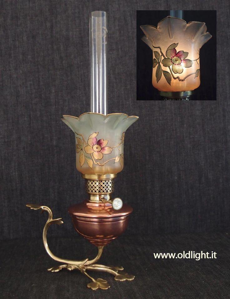 """Originale lampada Francese stile  Art Nouveau ( palesemente ispirata allo stile Inglese  ARTS & CRAFTS di W.A.S. BENSON - 1854-1924 Hammersmith - Londra ). Realizzata in rame e fusione di ottone; Bruciatore 10"""" ( con regolatore stoppino in  madreperla )  BOUVRARD & V ILLARS -  S.te S.G.D.G. - PARIS. in uso, dal 1885, presso le ferrovie Francesi  S.N.C.F.; Tubo cristallo per Kosmos 10'''; Paralume tulipano 9 petali in cristallo  con  decorazioni floreali realizzate a mano ( stile…"""