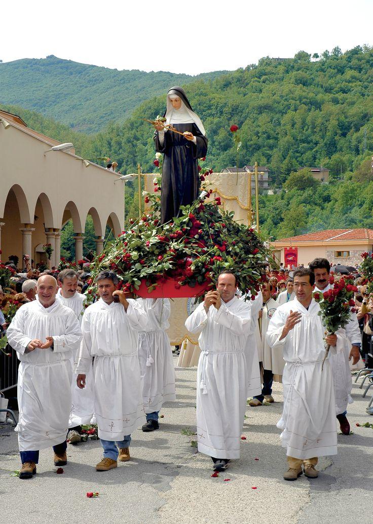 Nel simbolismo cristiano, la rosa è l'equivalente della coppa che raccolse il sangue del Cristo, e la rosa selvatica,  coi suoi cinque petali, è immagine delle cinque piaghe del Redentore.