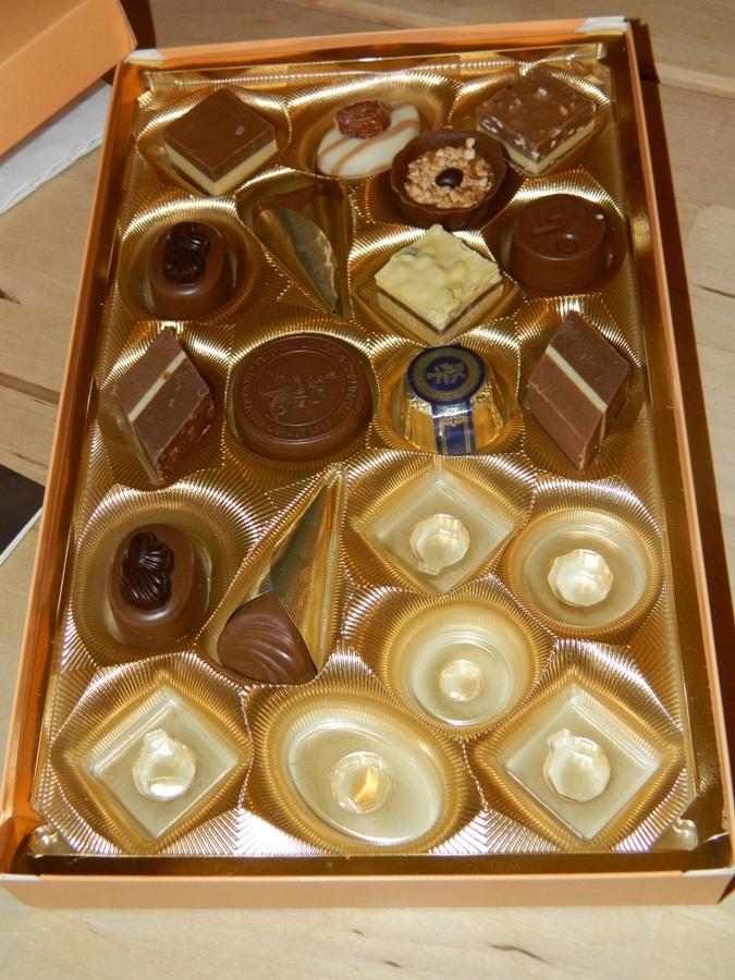 German chocolate from Lindt, one of the best chocolates in Germany, I already ate half! - chocolates alemanes de la marca Lindt, una de las mejores marcas en Alemania, yo no pude resistir y como ven ya me he comido la mitad de la caja!