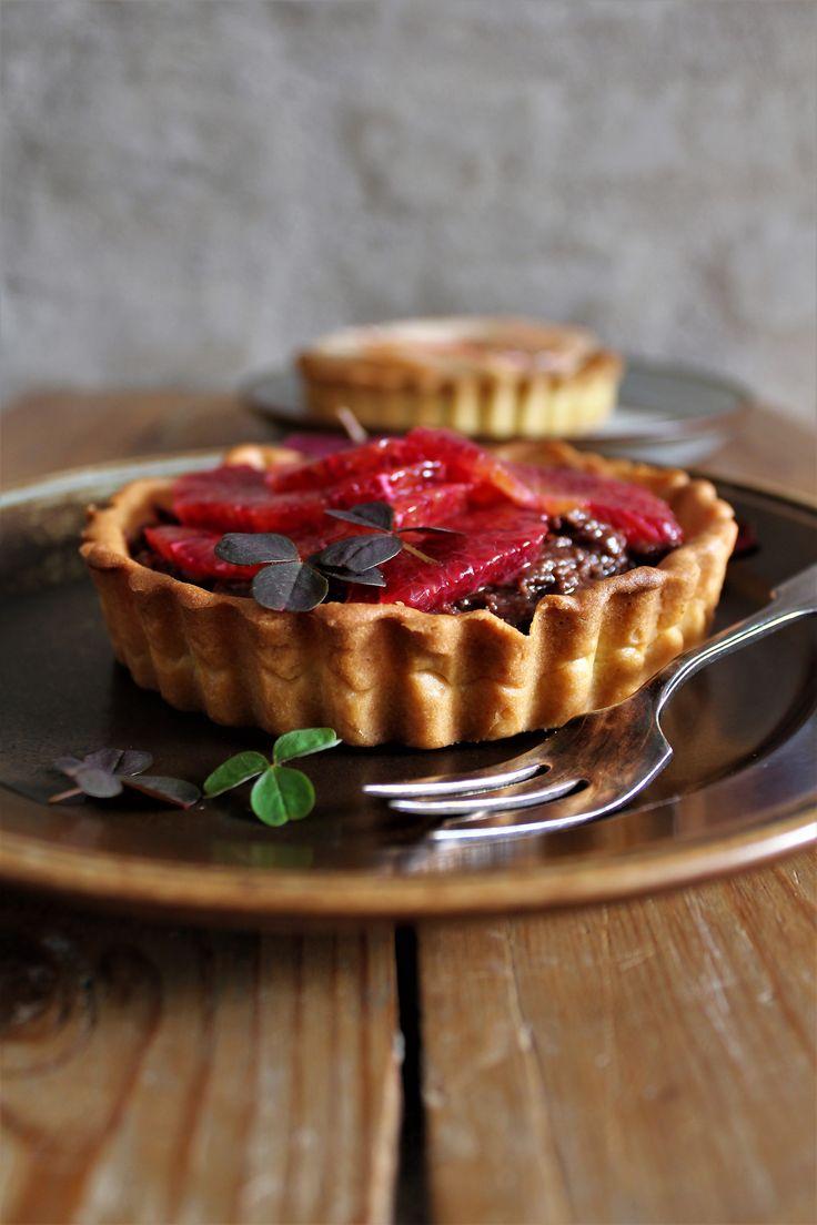 Små tærter med peanutbutter, chokolade fyld & æble / blodappelsin