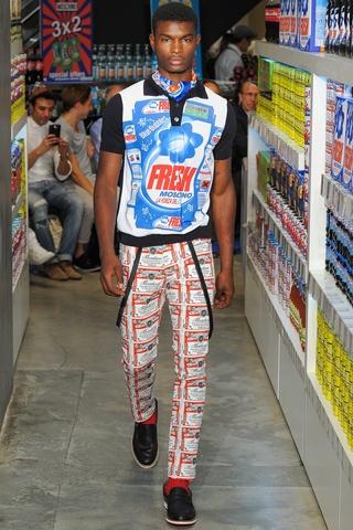 Streetwear com pegada SPORTEC (observem o detalhe da calça inspirado nos moletons) - Moschino Verão 2013