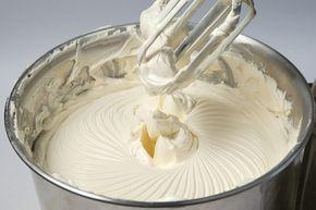 Recheio Creme 4 Leites 1 lata de leite condensado 1 lata creme de leite bem gelado 1 lata de leite em pó (use a lata de creme de leite) 1 vidro pequeno de leite de coco 2 colheres sopa de emulsificante Modo de Preparo: Bata todos os Ingredientes na Batedeira até ficar firme