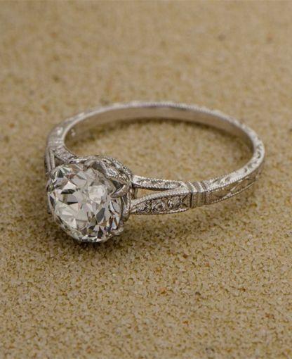 Un lindo acabado vintage con un diamante redondeado