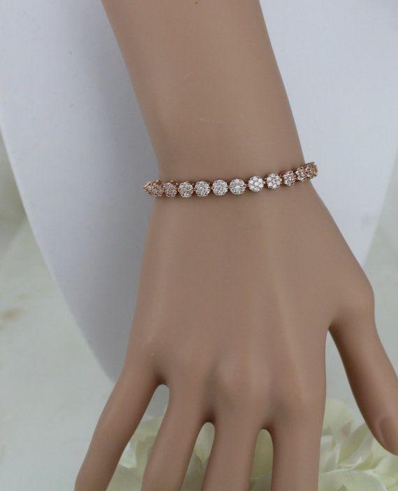 Braccialetto oro rosa damigella donore, Bracciale Crystal Bridal, Dainty stratificazione del braccialetto, Bracciale regolabile, gioielli di nozze, CZ Bracciale Dettagli del prodotto: -Placcatura in oro rosa oro 18k -Brillantezza pura Swarovski Pietre -Dimensioni ciondolo: 2-3/4 -Questo bracciale è facilmente regolabile spostando il cursore verso lalto o verso il basso sulle catene Bracciale -Disponibile in oro rosa, con finiture in oro giallo o rodio (argento).
