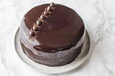 La glassa specchio al cioccolato è una preparazione di base perfetta per decorare torte che lasceranno stupiti i vostri ospiti.