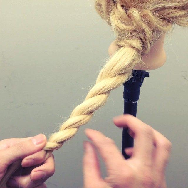 ロープ編みのほぐし方  基本はサイドをほぐす  ロープ編みは立体感が出るので たてもほぐしてもいいし らせんにほぐしてもいいです!  いろんなほぐし方が出来ます! 基本は細く少し上に引き上げるようにです!  #nico...#hair#hairset#hairarrange#ヘアセット#ヘアアレンジ#結婚式ヘア#撮影#ヘアメイク#オシャレ#編み込み#マニキュア#グラデーション#グラデーションカラー#モデル#ヘアスタイル#ヘアカラー#波巻き#くるりんぱ#ファッション#髪型#アレンジ#instagood#cute#編み込みやり方#アレンジやり方#アレンジ解説#ヘアアレンジ解説