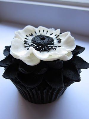 """It's a Winner!  Icing Designs """"Cupcake Couture Mini"""" Contest. Too good to eat!: White Flower, White Wedding, Flower Cupcake, Black And White, Beautiful Cupcake, White Cupcake, Black White, Wedding Cupcake, Cupcake Design"""
