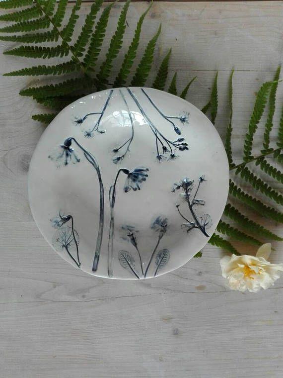 Guarda questo articolo nel mio negozio Etsy https://www.etsy.com/it/listing/517082042/ceramic-plate-botanical-with-imprint