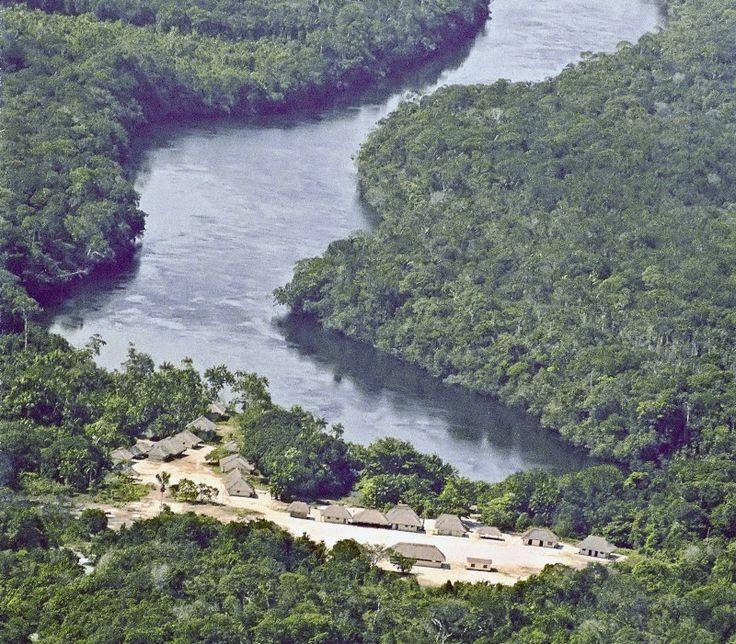 Comunidade Tucumã Rupitá, no Rio Içana (AM), onde em 2005 as mulheres Baniwa decidiram pela comercialização da jiquitaia no sudeste, como alternativa para o desenvolvimento sustentável das comunidades.   Crédito Beto Ricardo/ISA  