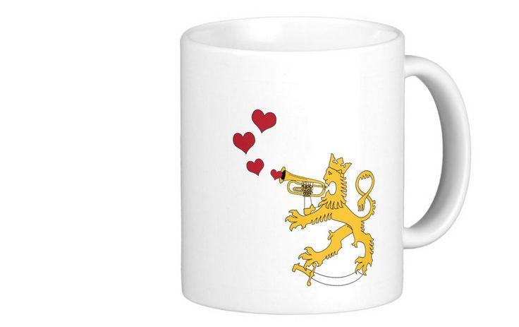 Muki jossa suomileijona soittelee torvellaan sydämiä. Rauhaa, rakkautta! Kuva molemmin puolin mukia, ai ko makia.  http://bit.ly/suomileijona-sydan-muki-finland  #muki #suomileijona #makia #finland #suomi #sydan #heart #mug