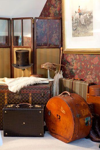Antes de entraron la casa de su casa, Sr. Marco se quejó que los equipajes de Ana son muy pesadas. Ana va a vivir con la familia Marco por seis meses, y ella necesita mucha ropa.