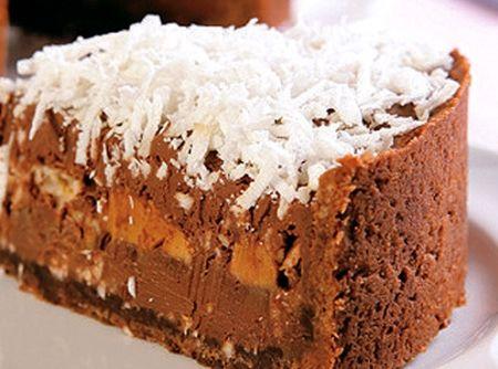 Receita de Torta Cremosa de Chocolate e Doce de Leite - 300 g de biscoito de coco, 8 colheres (sopa) de chocolate em pó, 100 g de margarina em temperatura ambiente, 2 tabletes de chocolate meio amargo picados, 1 caixa de creme de leite, 1 vidro de leite de coco, 1 lata de leite condensado cozido na pressão, coco fresco ralado ou raspas de chocolate para decorar