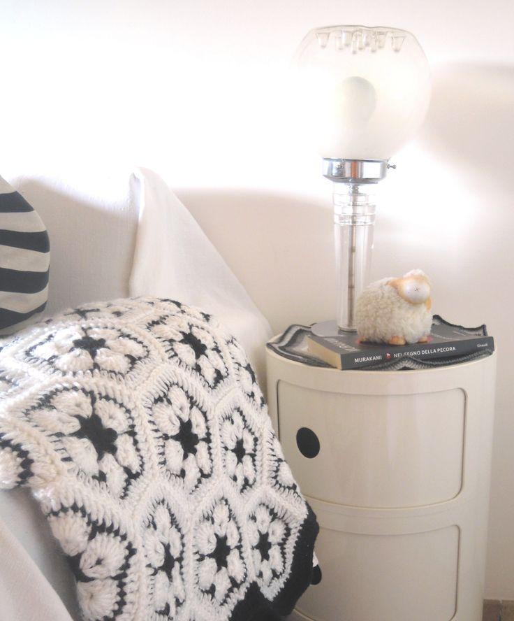 Sul mio comodino una lampada vintage, un centrino crochet fatto da me , un libro di Murakami Aruki e una pecorella da contare e ricontare se il sonno non arriva...