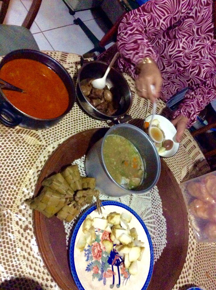 Ketupat sayur, sop iga, semur tahu telor #lebaran #happyiedadha