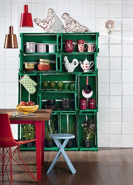 Sem dinheiro para comprar nada para a cozinha? Faça uma estante com caixotes de feira. Para garantir a estabilidade, eles devem ser parafusa...