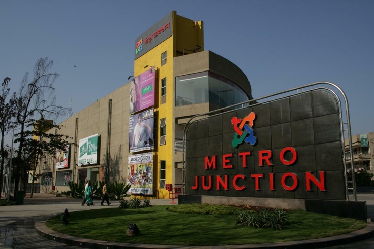 Metro Junction Mall, Kalyan – 1,500,000 sq ft (Joint)  Opened with much fanfare, now has outlets of many international brands. On a good day the mall attracts around 125,000 people.    Year Opened : – 2007    Total Floor Area : – 1,500,000 sq ft