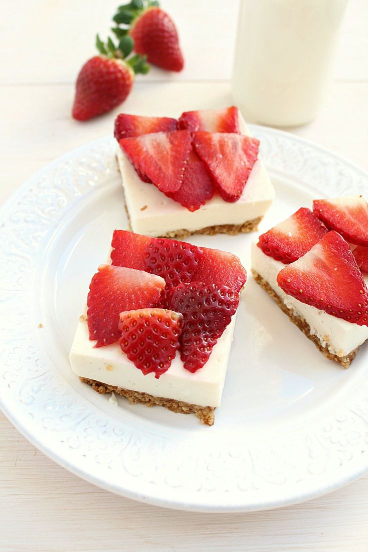 Clean Eating Strawberry Cheesecake Bars: so healthy that you should have them for breakfast! | honey  figs