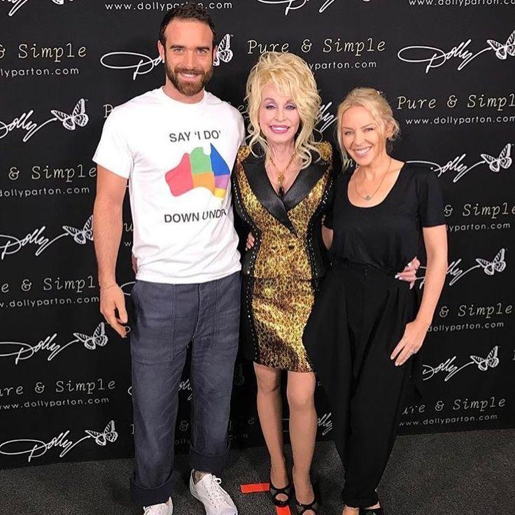 Kylie y su prometido junto a Dolly Parton solidarios en la presentación de la campaña SAY I DO DOWN UNDER para la legalización en Australia del matrimonio entre personas del mismo sexo.  Foto: https://www.instagram.com/p/BLEWAOJB5Dy/