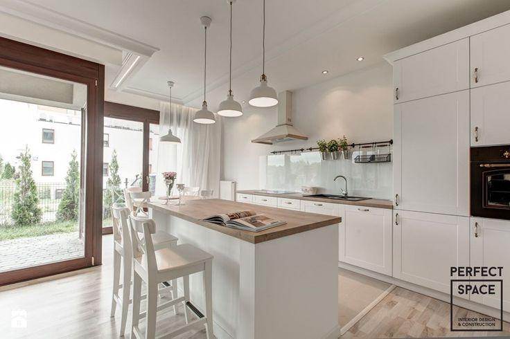 Aranżacje wnętrz - Kuchnia: Klasyka na nowo - Średnia kuchnia, styl skandynawski - Perfect Space Interior Design & Construction. Przeglądaj, dodawaj i zapisuj najlepsze zdjęcia, pomysły i inspiracje designerskie. W bazie mamy już prawie milion fotografii!