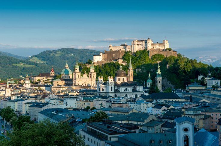 Kevés kisváros van, ahol oly sok izgalmas látnivaló akad, hogy akár egy hétig sem unatkozik az ideérkező. Salzburg egyike ezeknek, ahová bármelyik évszakban is látogasson az ember, mindig talál valami lenyűgözőt, valami elegánsat, valami szépet.