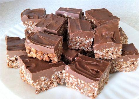 La torta Mars si prepara sciogliendo le barrette di Mars a bagnomaria per unirle al riso soffiato e tenendo in frigo prima di coprire il dolce con una glassa al cioccolato. Ecco i passaggi per la ricetta della torta Mars.