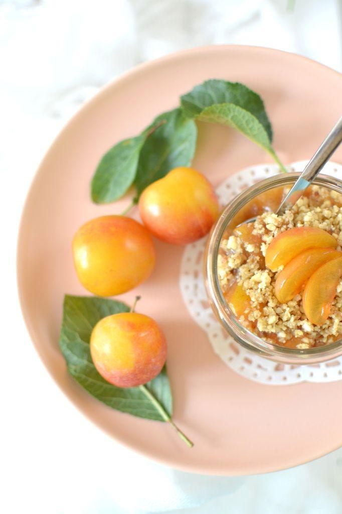 Crumble de prunes 100% cru // Raw plum crumble http://www.lesrecettesdejuliette.fr