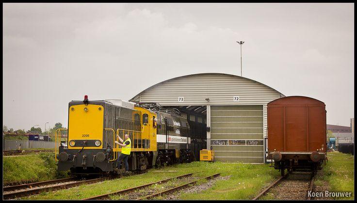 AMERSFOORT - Ter voorbereiding van de presentatie van de nieuwe uitmonstering van de 1252 aan een grote groep vertegenwoordigers van Märklin wordt deze locomotief door de 2205 de loods uitgereden.