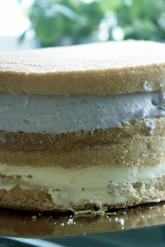 Här kommer ett recept påen ljustårtbotten som jag alltid använder (om jag inte gör chokladtårtbotten, vill säga) när jag gör mina tårtor.Receptet är helt perfekt för detger höga, fina och jämna…