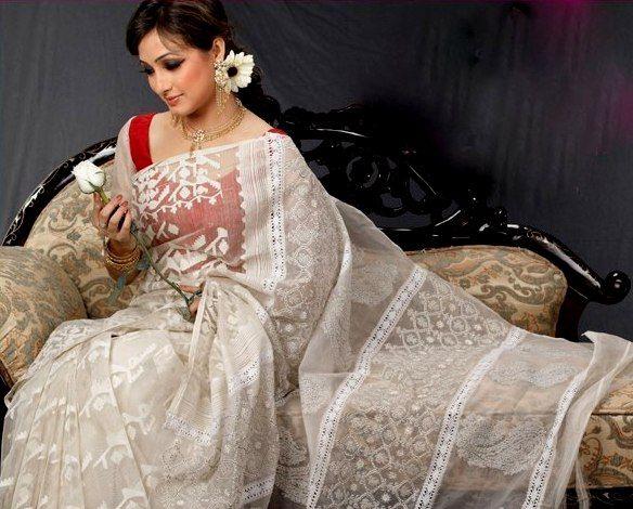 Traditionally weaved Jamdani Saree Picture
