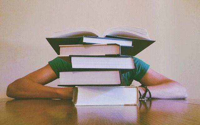 3 tecniche innovative per imparare le lingue A chi non è mai capitato di cominciare a studiare una lingua con grande entusiasmo e poi di averla abbandonata? Sono un sacco i motivi che ci impediscono di raggiungere il livello di competenza desid #lingue #studiare #corsi #metodi