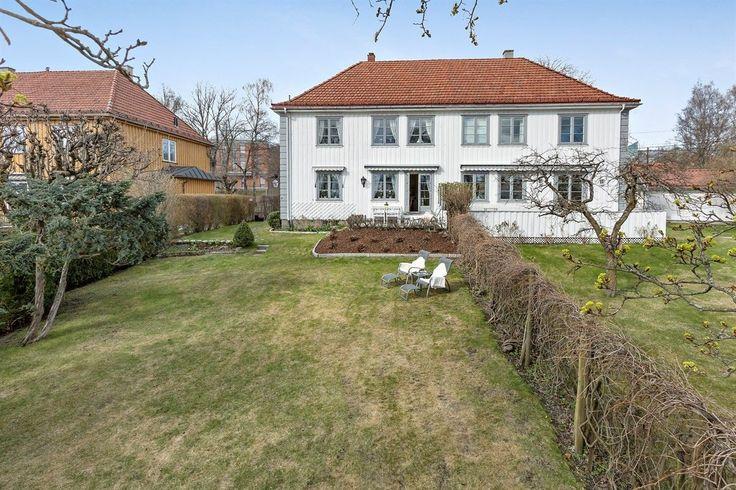 (1) FINN – Vinderen - Staselig og innholdsrik ½ part av villa fra 1930 med 4 soverom, solfylt terrasse, nydelig hage og uinnredet loft.