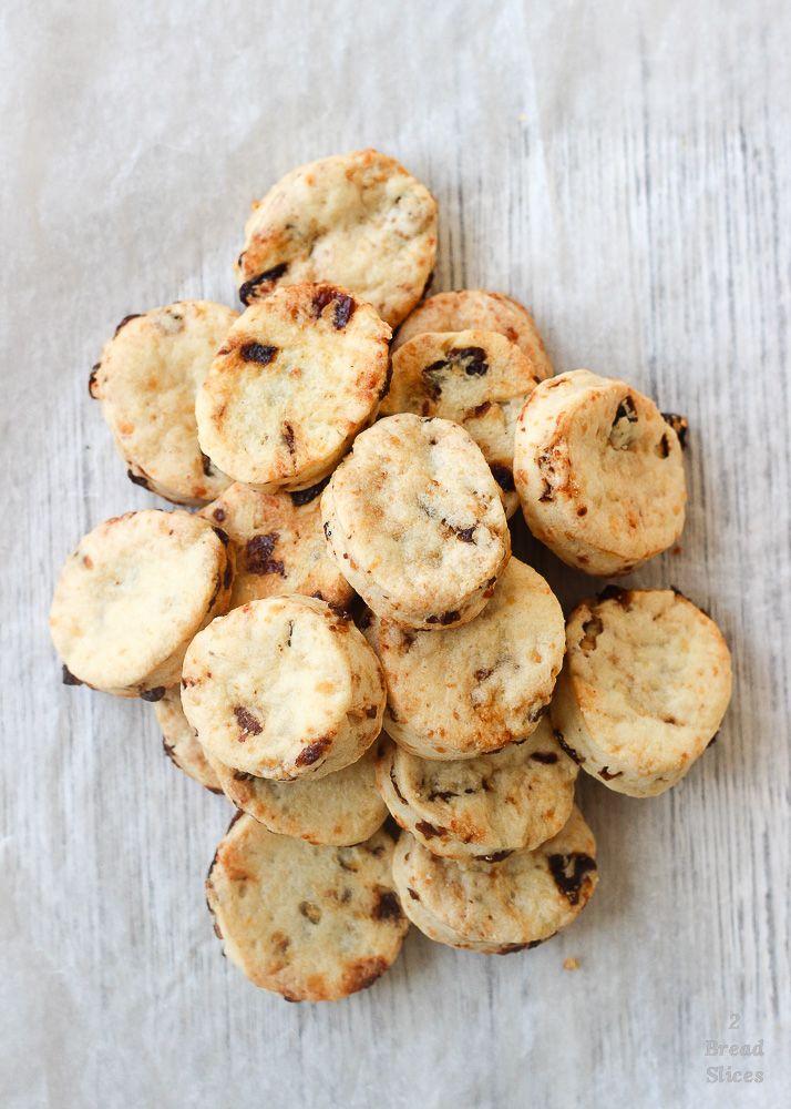 Hoy os traemos unas galletas deliciosas para acompañar cualquiera de nuestras salsas y entables. Llevan cheddar y pasas. Y son maravillosas.