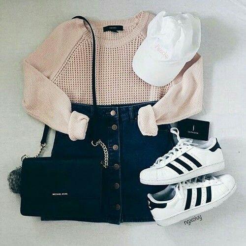 Outfit de Otoño: Top manga larga color crema Falda jean hasta la cintura Gorra blanca Zapatilla adidas color blanco Morral negro
