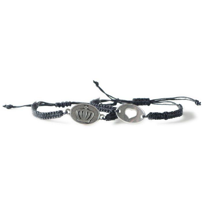 Makramee Armbänder aus Baumwollband mit Armandverbindern. Dies sind Metallanhänger mit zwei Ösen, die man in ein Armband einarbeiten kann. Alle Materialien gibt es bei Glücksfieber.