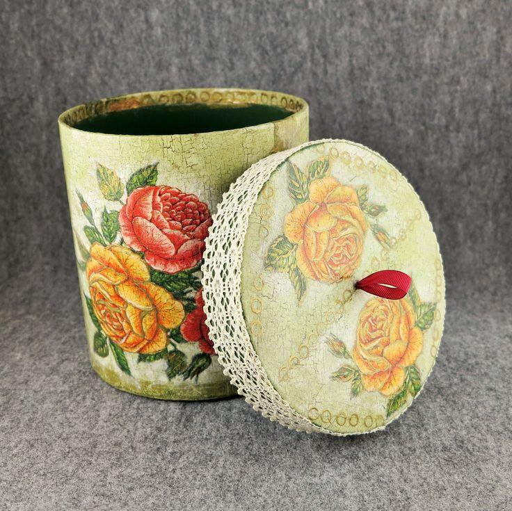 Pudełko wykonane techniką decoupage,udekorowane jest kolorami zieleni i starym złotem,a koronka nadaje mu ciepłego charakteru.Głównym wzorem są róże żółte i czerwone.