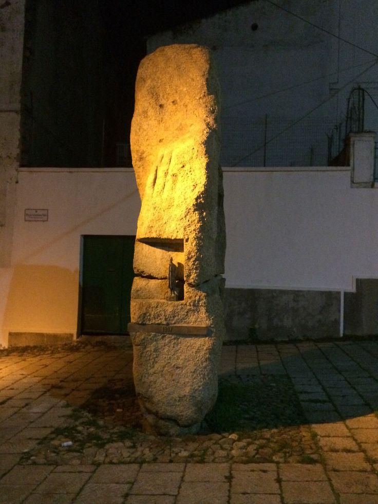 Ricordi da #NBTW : il bronzetto vigila nel ventre della pietra scolpita. Nel mentre la città dorme per rinascere nuova il giorno dopo...