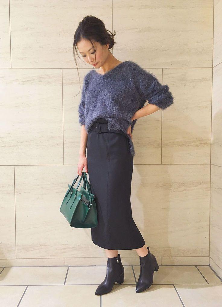 シルバーのラメが華やかなブルーのシャギーニット♪カラー小物ともマッチするダスティな色味がポイントです。ゆったりと落ち感のある生地がボディラインを華奢に見せ、タイトスカートでバランスの良さと女性らしさを同時にアピール!