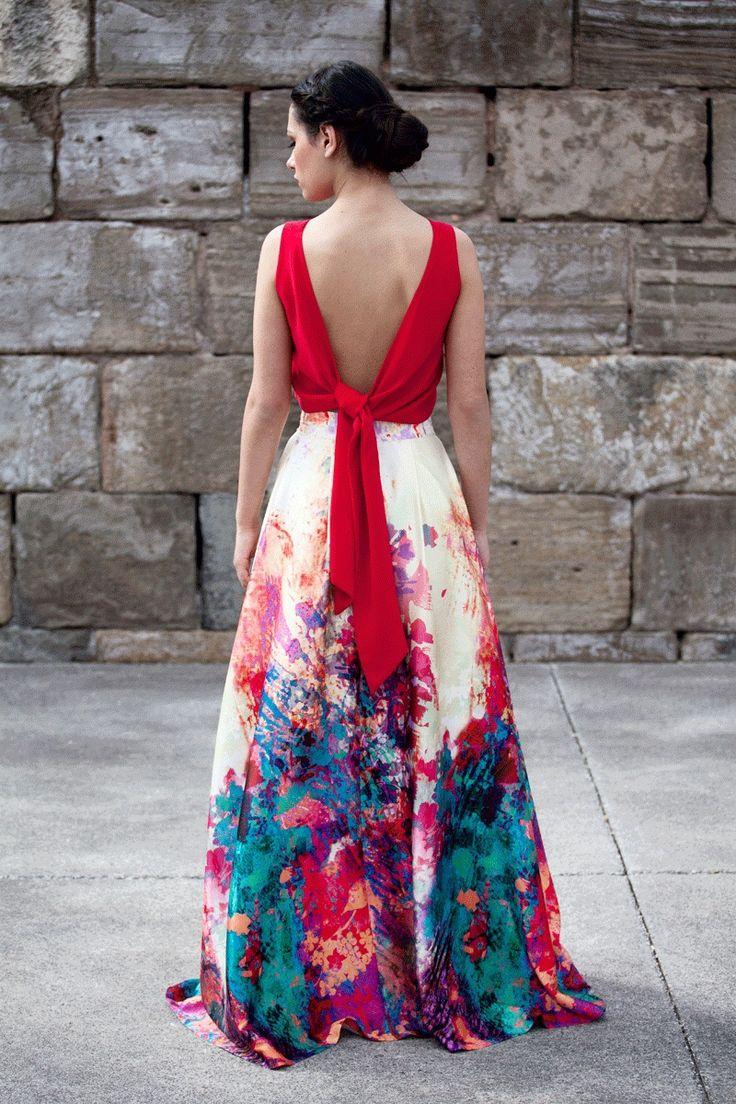 Falda larga estampada en degradé luciendo los colores más claros en la parte superior de ella y los más oscuros, en la inferior. #faldas #invitadasboda #faldasestampadas www.apparentia.com