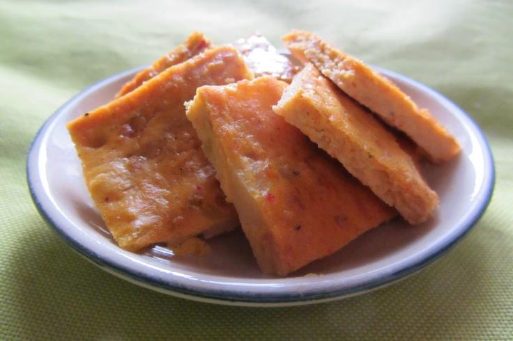 un antipasto a base di tortilla alle patate, cipolle e surimi