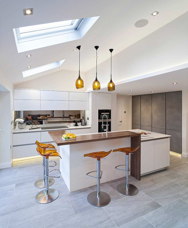 A very special kitchen was sought for an extraordinary house in the English town of Harpenden, Herfordshire. zeyko provided it: the kitchen studio Brynmôr Kitchens planned and installed a Forum Horizon icy white in high-gloss laquer combined with a tall cupboard line with the concrete front Forum Stucco medium which complements the house perfectly and which turns not only the next garden party into an absolute highlight.
